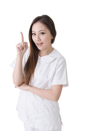 L�chelnd asiatische Krankenschwester zu bekommen und Idee, Closeup Frau Portr�t isoliert auf wei�em Hintergrund