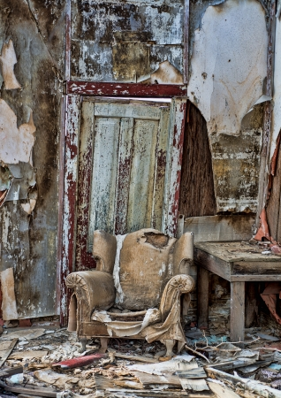 abandoned room: Decayed chair in an old cabin in Randsberg California Stock Photo