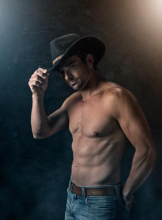 goed uitziende man met een zwarte hoed in een rokerige gestructureerde achtergrond