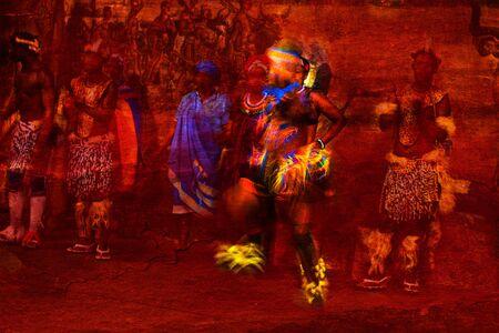 Brillant farbige afrikanische Tänzerin abstrakt in Bewegung und Menschen in einheimischen Kostümen vor einem strukturierten roten Hintergrund Standard-Bild