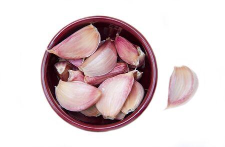 ajo: Dientes de ajo en un tazón en el fondo blanco visto desde arriba Foto de archivo