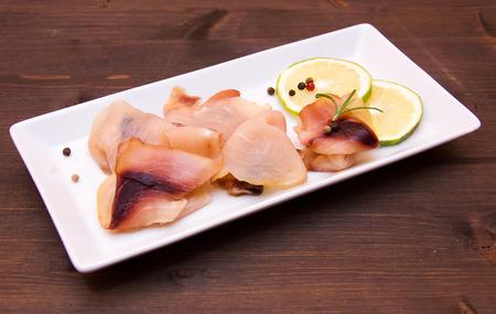pez espada: Ahumada pez espada en la bandeja en la mesa de madera