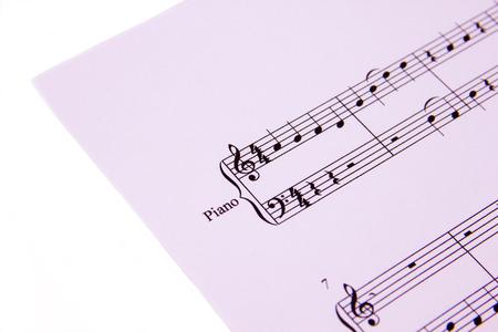 pentagramma musicale: Partitura musicale su sfondo bianco visto da vicino
