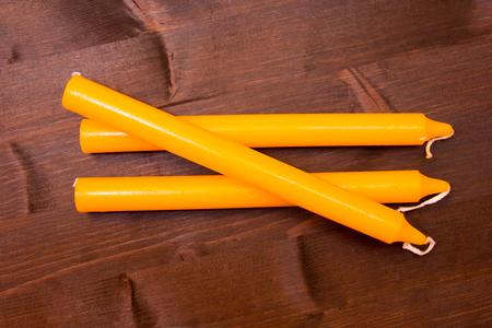 encendedores: velas de color naranja sobre una mesa de madera vistas superiores