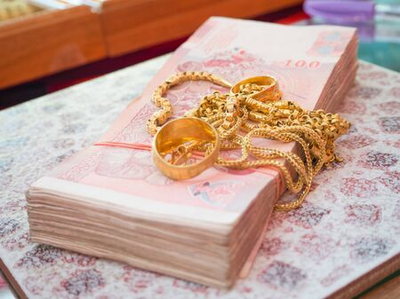 The banknotes and gold jewelry for exchange, the gold is valuable and cost Imagens