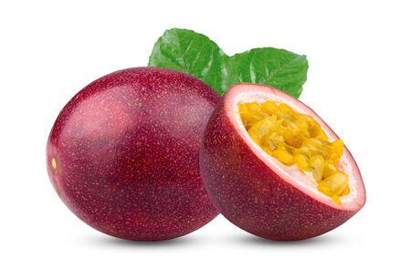Passionsfrucht mit Blatt auf dem weißen Hintergrund isoliert. volle Schärfentiefe