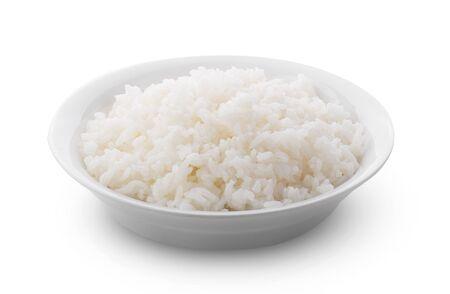 Gekochter Jasminreis in weißem Teller auf weißem Hintergrund