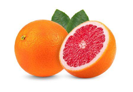 Reife der Zitrusfrucht der rosa Grapefruit mit dem Blatt lokalisiert auf weißem Hintergrund. volle Schärfentiefe Standard-Bild