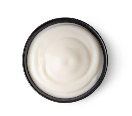 Bol de yaourt isolé sur fond blanc en vue de dessus