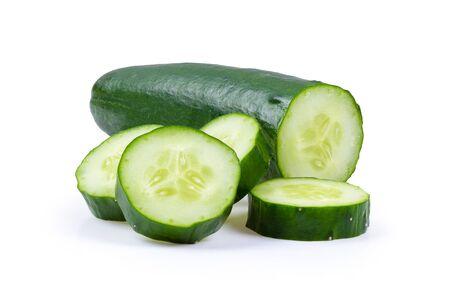 komkommer gesneden geïsoleerd op een witte achtergrond. volledige scherptediepte Stockfoto