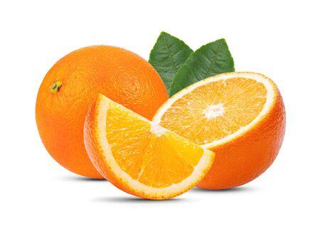Orangenfrucht mit Blatt auf weißem Hintergrund. volle Schärfentiefe