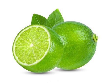 citron vert avec feuille isolé sur fond blanc