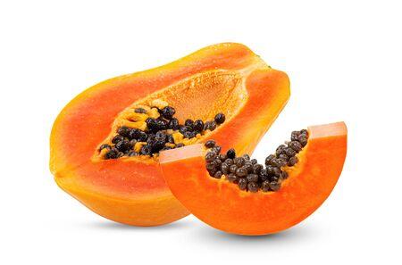rebanada de papaya madura aislada sobre fondo blanco. profundidad de campo completa Foto de archivo