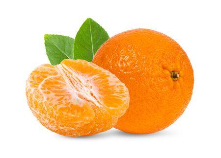 Mandarina, mandarina cítricos con hojas aisladas sobre fondo blanco. Foto de archivo