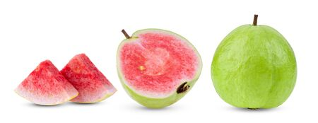 fruta de guayaba rosa aislada sobre fondo blanco. profundidad de campo completa