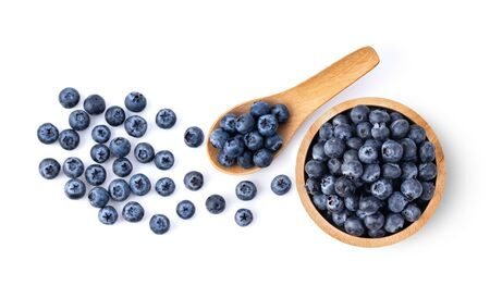 Blueberries in wood bowl and spoon  isolated on white background. top view Banque d'images