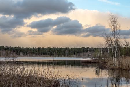 Весенний пейзаж после дождя на озере Юшино