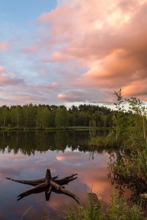 Старая ловушка на воде озера против прекрасного заката Фото со стока - 89971764