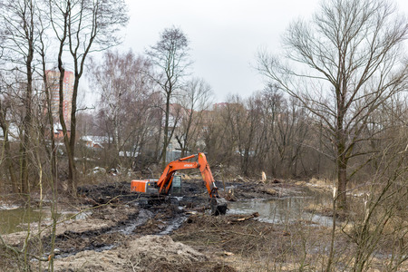 Balashikha, Moscow region - November 24, 2017: Cleaning of the Malashka river bed of the left tributary of the Pekhorka River from silt, debris and shrubs Фото со стока - 93587855