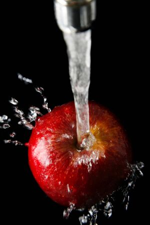 Fresh apple under running tap with water drops Zdjęcie Seryjne - 901466