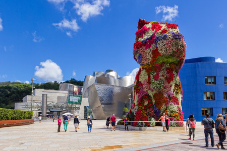 Puppy: this floral sculpture of a West Highland terrier has been located at several sites. It was moved to the front of the Guggenheim in 1997 新聞圖片
