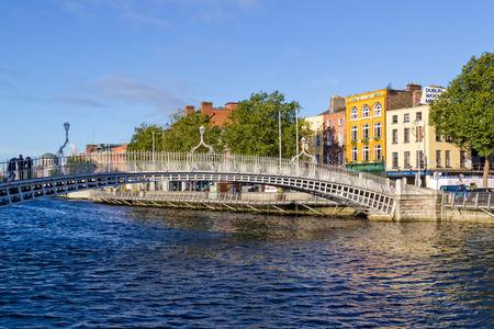 The Hapenny Bridge in Dublin 版權商用圖片