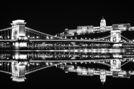Chain Bridge at night 版權商用圖片