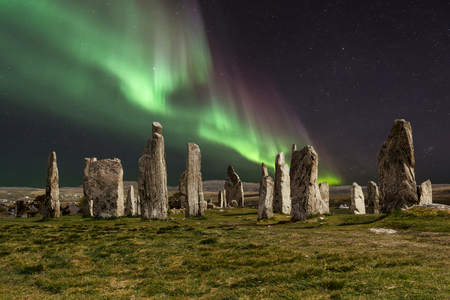 The Callanish Stones are an arrangement of standing stones placed in a cruciform pattern with a central stone circle. They were erected in the late Neolithic era, and were a focus for ritual activity during the Bronze Age. They are near the village of Callanish on the west coast of Lewis in the Outer Hebrides, Scotland. Standard-Bild