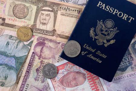 アメリカ合衆国のパスポートとの様々 な国からのお金 写真素材