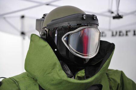 Helm en faciel hoogovens bewaker van EOD9 bom pak
