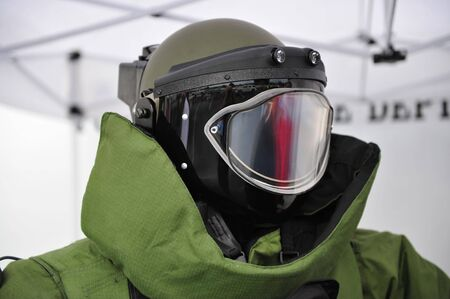 Helmet and faciel blast guard of EOD9 bomb suit Stockfoto