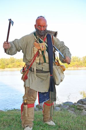 American Indian dragen camouflagekleur terwijl hanteren bijl en mes