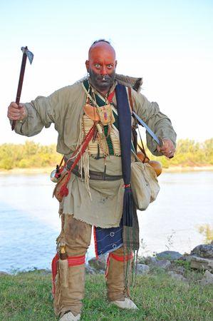 indio americano: Los indios americanos llevaban la guerra de pintura, mientras que ejercen hacha y cuchillo