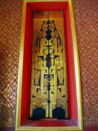 sen: Bangkok - Gold painting door frame of tripitaka building, wat mai thong sen.