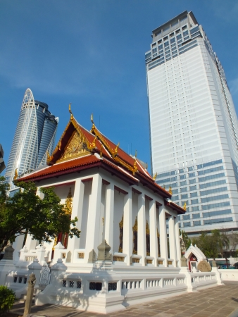 to contradict: Contrast of the age. Ubosot and skyscraper. At Wat Pathum Wanaram, Bangkok