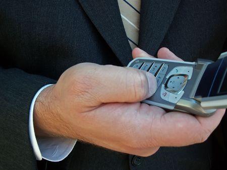 携帯電話を使用してビジネス男