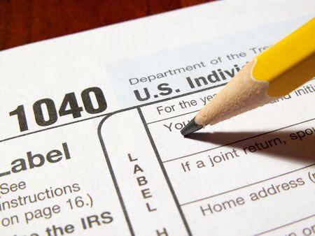 鉛筆 1040年所得税フォームを完了します。 写真素材