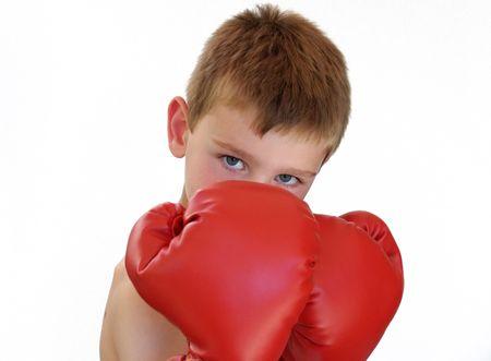 少年が身に着けている赤いボクシング用グローブ