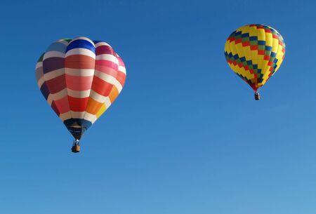 2 カラフルな熱気球のフライトで