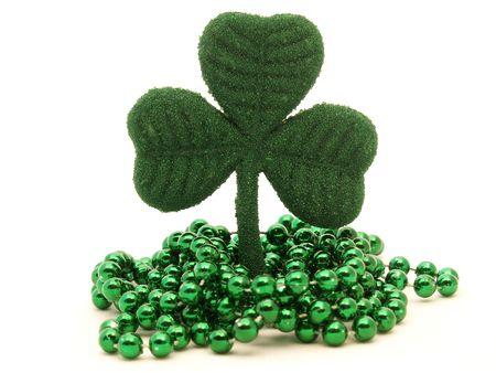 聖 Patrick 日グリーンのビーズのネックレスが付いている緑のキラキラ シャムロック装飾