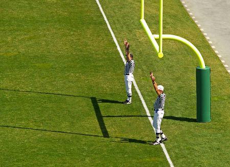 signalering: scheidsrechters signalering een touchdown in het voetbal