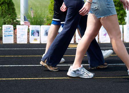 caminar: personas que caminan para recaudar fondos para la investigaci�n sobre el c�ncer