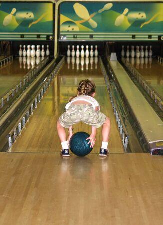 ein kleines Mädchen spielen ein Spiel der Stoßstange Bowling  Standard-Bild