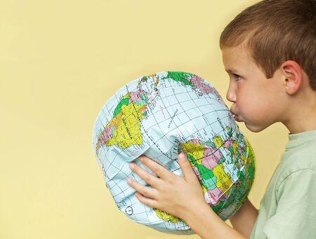 reanimować: młody chłopak oddech życia powrót do deflating planety Ziemi Zdjęcie Seryjne