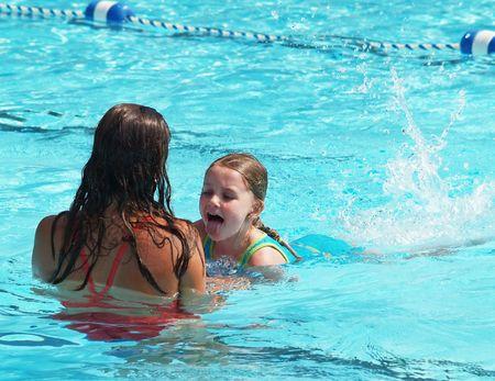 maestra ense�ando: ni�a cansada de clases de nataci�n