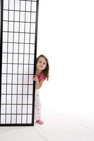 かわいい女の子ブラック スクリーンの裏面から覗き見。