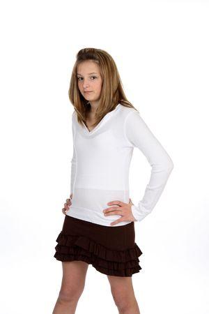 かわいい女の子は茶色波立たせられたスカート。