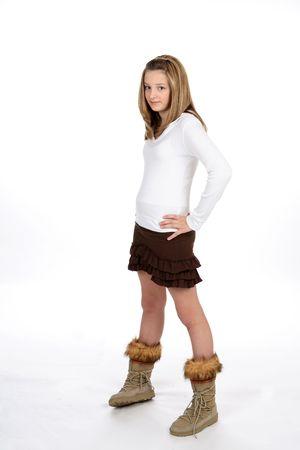 mini falda: Estilo adolescente en una mini falda marr�n con las manos en sus caderas