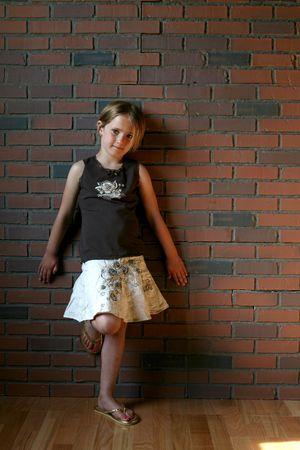 그런 지 유형 사진 벽돌 벽에 어린 소녀.