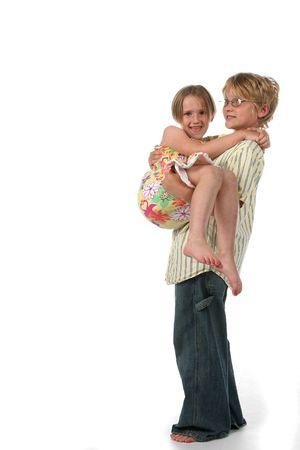 Big Brother bedrijf zijn zusje in zijn armen, en de uitvoering van haar Stockfoto